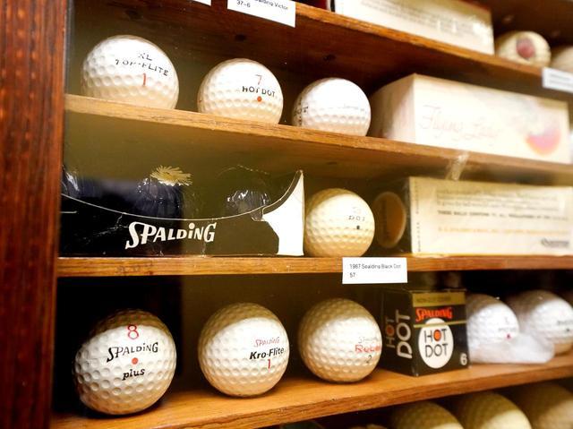 画像: キャロウェイのゴルフボール部門の前身、スポルディング社時代からの歴代ボールがずらり