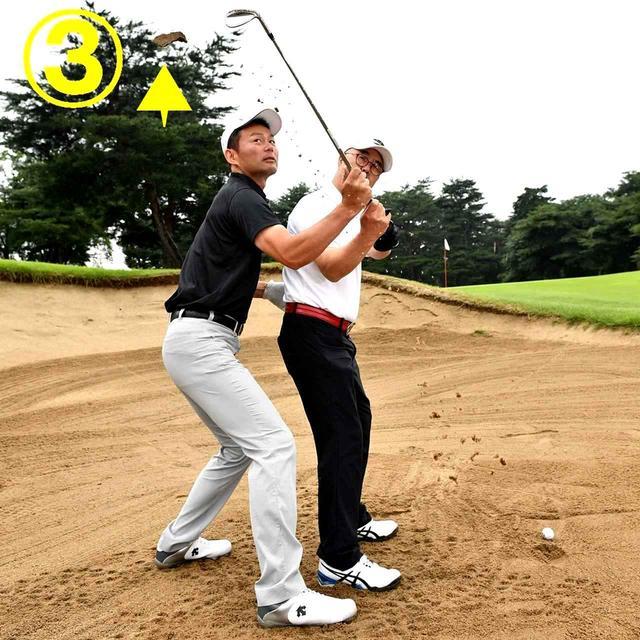 画像: 砂が背中のほうに飛べば、正しいバックスウィングだと判断