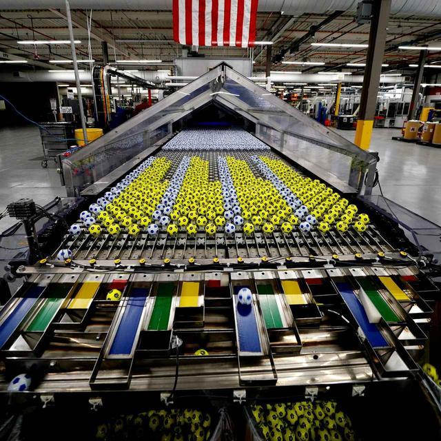 画像: 日々数万個のボールが生産され、世界中へ出荷されていく