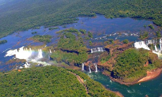 画像: 世界一の滝「イグアスの滝」