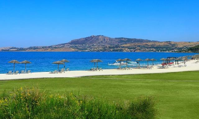 画像: コースのすぐわきはビーチ。一年中温暖な気候