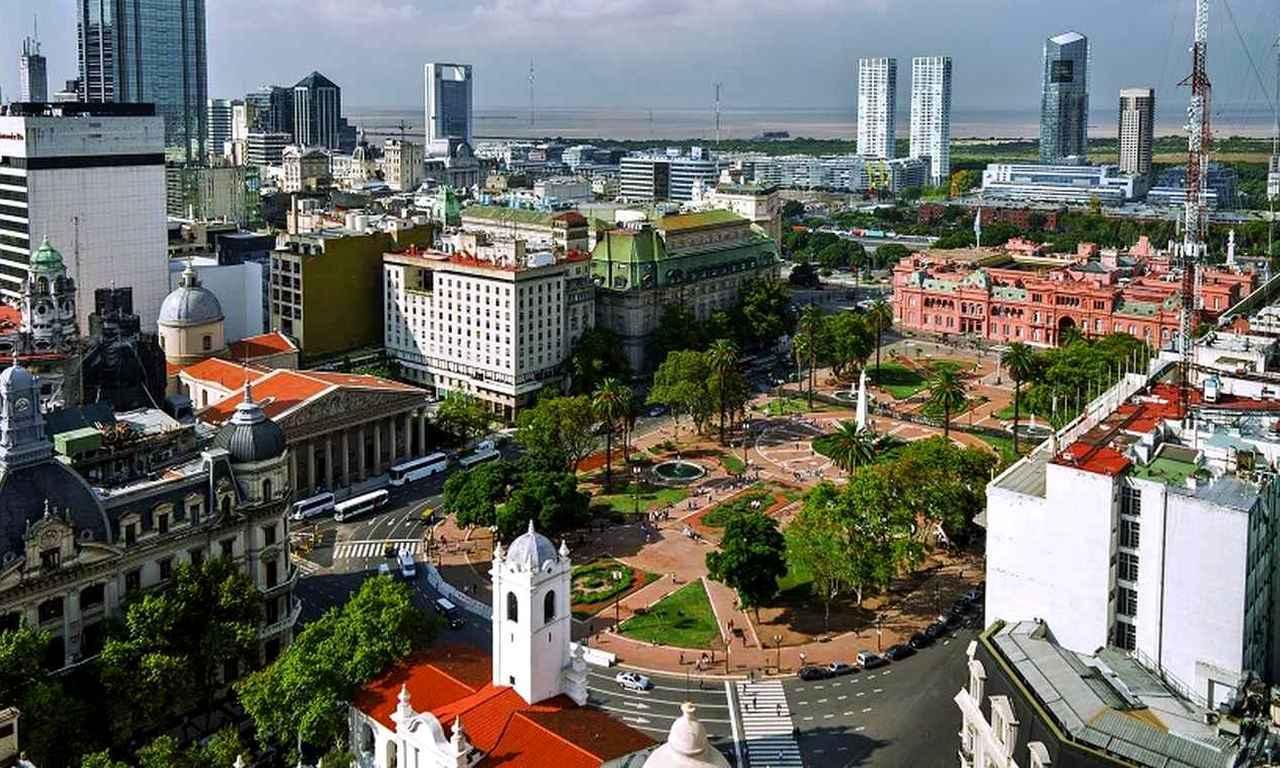 画像: 独立運動の際に民衆が集まった「5月広場」は、歴史的建造物が集まる観光の拠点