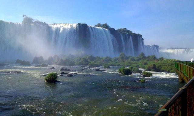 画像: 圧倒的スケールのイグアスの滝