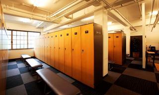 ロッカールーム(男性)。女性ロッカールームはロッカー数を増やして新調
