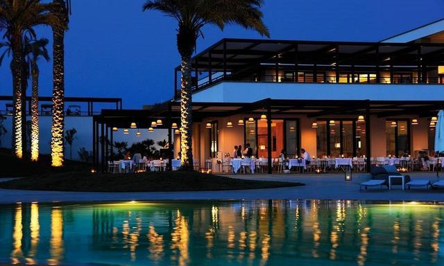 画像: プールサイドのレストランで夕べを過ごす至福の時間