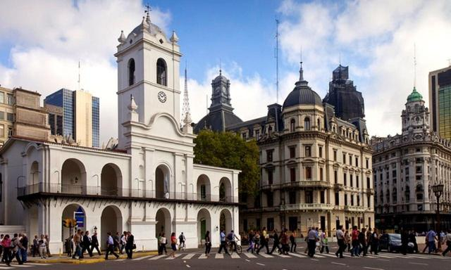 画像: 5月広場を挟んで大統領府の向かいに建つ「カピルド」(スペイン植民地時代の行政機関、現在は市議会)と大聖堂