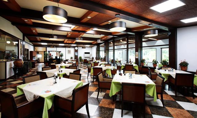 画像: レストラン。天井と床が「茶と白のコントラスト」で対をなす