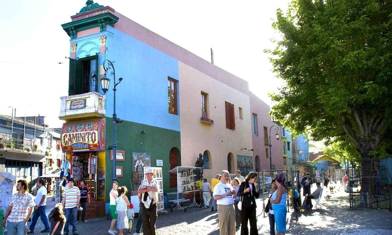 画像: カラフルに彩られた建物が立ち並ぶ小径「カミニート」は、歩いているだけで楽しくなる!