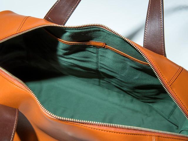 画像: ポケットは外に2カ所、中に3カ所と豊富で整理も簡単。ショルダーストラップ付。価格は58000円(税抜き)