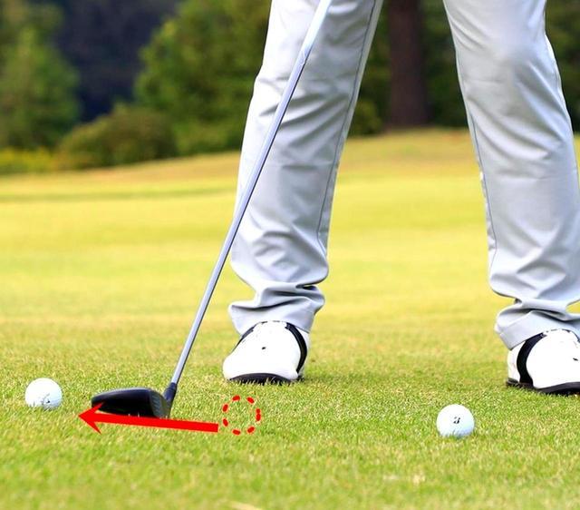 画像: 右足のつま先の前にもう1つボールをセット。ヘッド位置からこのボールを押しながらテークバックすると、ヘッドが低く長く動く