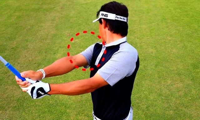 画像: ダウンからフォローでは右肩をしっかり回す