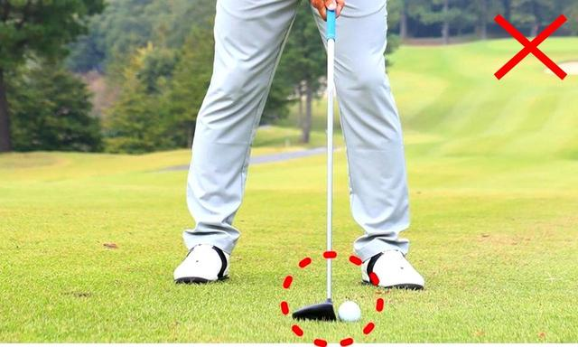 画像: ドライバー感覚で振ろうとすると、左足寄りにボールを置いてしまう。すくい打ちになりやすい