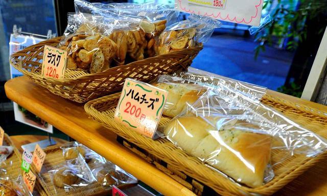 画像: レストランのわきではパンを販売。ぜんぶ焼き立て
