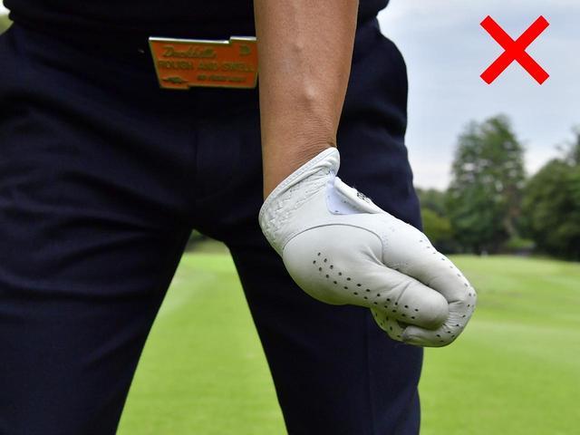 画像: 左手首を甲側に折ってしまう「背屈」はザックリを誘発する