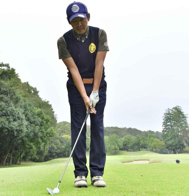 画像: 右足の外にボールをセット