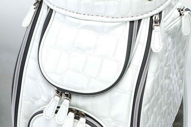 画像: バッグ背面上部にはファスナーポケット。大中小の収納ポケットは全部で7カ所