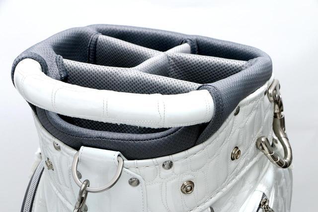 画像: バッグ上部にはグリップ。車の積み下ろしやカート積載時に便利