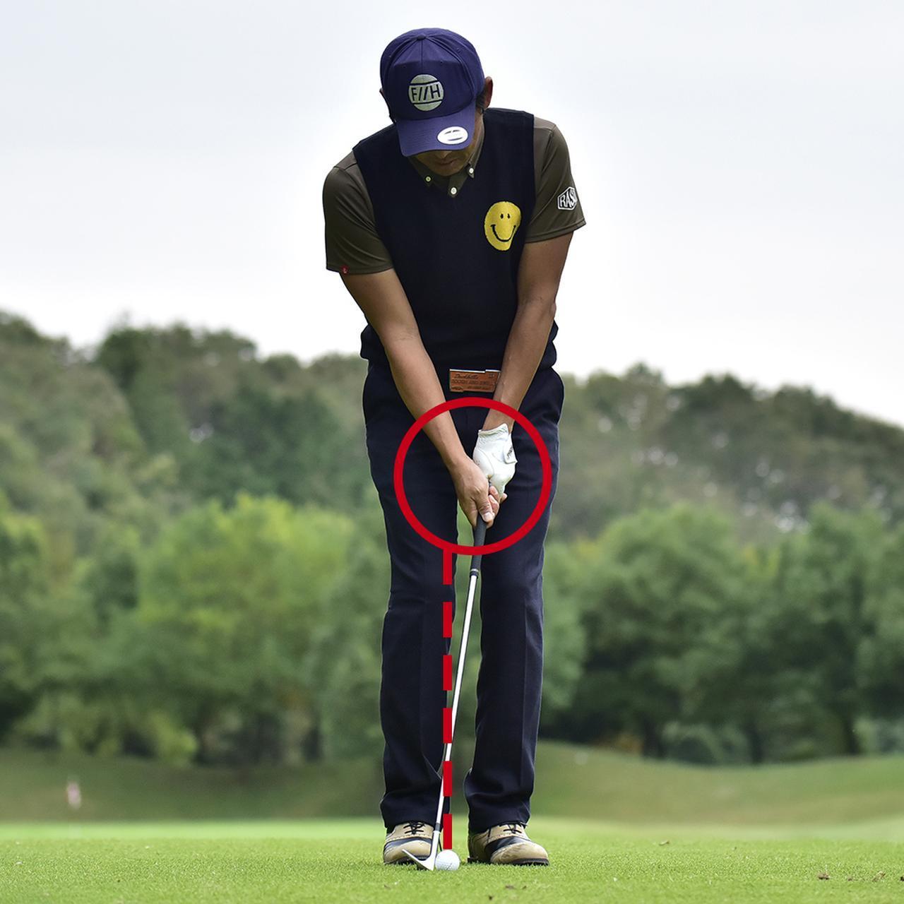 画像: アドレスは軽くハンドファーストにセットし、ボールは自分の中心より右にするといい