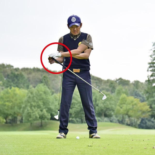 画像: 支点が右に動いてしまう…軌道の最下点がボールの手前となり、ザックリが発生