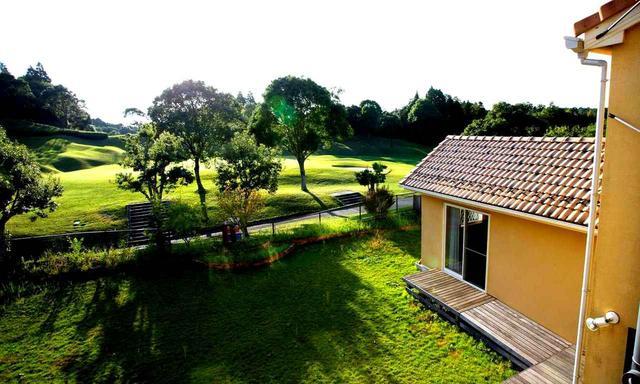画像: 窓を開ければ10番グリーン。庭の天然芝を刈り込めばパットやアプローチの練習もできる