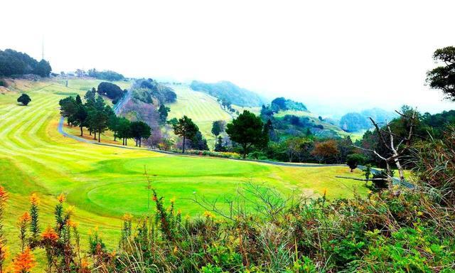 画像: 紹介するゴルフハウスはホール右側の丘陵エリア!