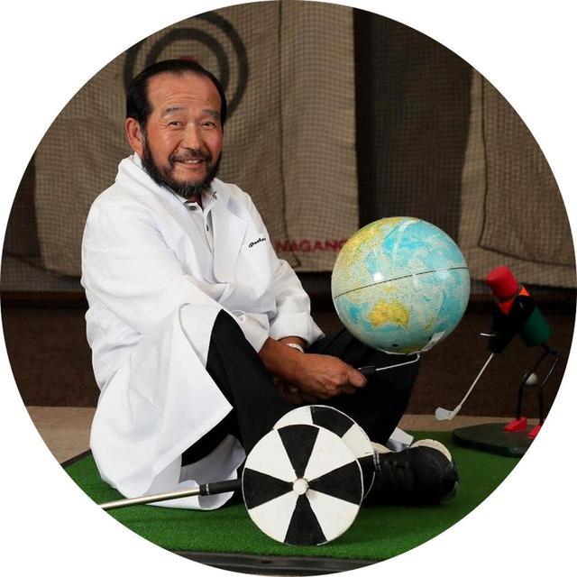 画像: 篠塚武久先生73歳。週刊GD「みんなの桜美式」連載中。一番弟子は時松隆光プロ。2018GDレッスン・オブ・ザ・イヤー。自作の連取器具とともに