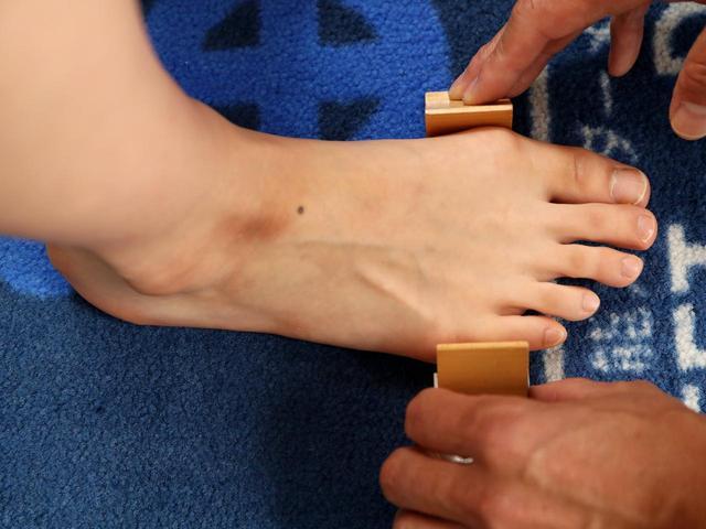 画像: まずは足型計測。電子計測に加えつま先からかかとまでの足長と、指付け根の幅を専用メジャーで計測