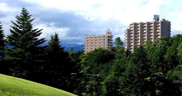 画像: コース側から見たリゾートマンション