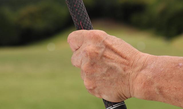 画像: 左親指はグリップの上に乗せずに、親指も握る