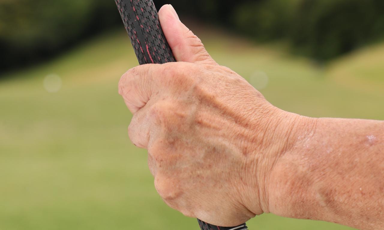 画像: オーバーラッピングの左親指はグリップの背(上)に沿わす。この親指ごと右手で包む