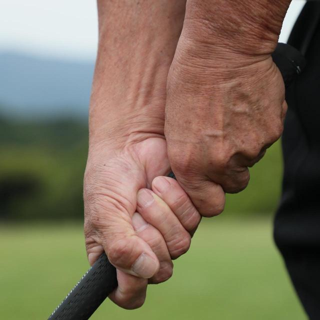 画像: 篠塚先生によるテンフィンガーグリップ。10本の指で直接グリップする