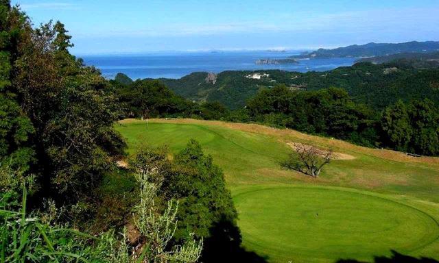 画像: 五島列島の眺めを楽しみながらプレーできる