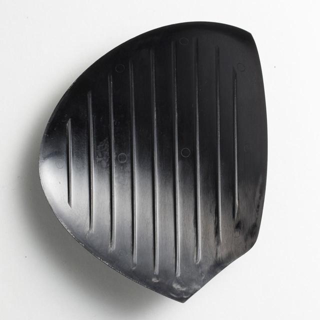 画像: 【カーボンクラウンの裏面】東レが開発したばかりの最新素材カーボンプリブレイク「ET-40」を採用。強度を高めるための9本のリブが特徴的