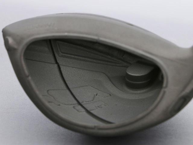 画像: 「カーボンにしてはシンプル。ソールのフェース寄りとバック部の肉厚化で上下の打点のズレに強くなっています」(松尾)