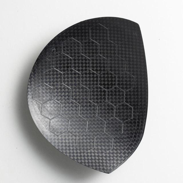 画像: 【カーボンクラウンの裏面】軽量化な新素材カーボンを使用。ハニカム状の凸部でクラウンの強度を確保している