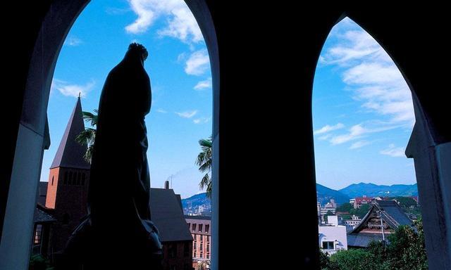 画像: 大浦天主堂 国宝 幕末の開国にともない、在留外国人のために造成されました。日本に現存するキリスト教建築物としては最古の木造教会。世界文化遺産「長崎と天草地方の潜伏キリシタン関連遺産」の構成資産のひとつ。ステンドグラスの美しさも見所です