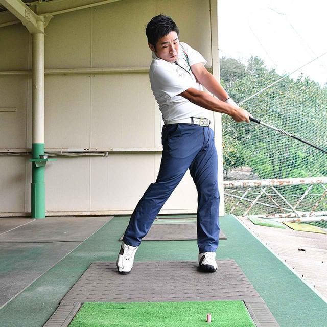 画像4: 【プッシュアウト矯正】シャットフェースのテークバックを意識するよりも、体に合わせて腕も回転。自然な動きでボールがつかまります。 プロがアマに直レッスン!