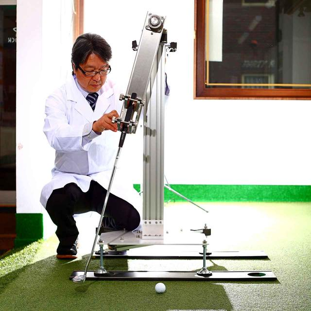 画像: 星谷先生考案の正確無比なパットテストロボ。完全縦振り子の動きを体現できるとともに、解析カメラと連動すればボール位置やクラブの調整によって、ミスの原因や検証も数値としてつかめる。パット研究やパター開発には無くてはならない相棒だ
