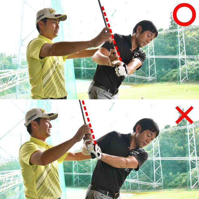 画像: 後方からビデオなどで確認。シャフトと右肩が重なるのが理想、高橋さんが手で上げると、右肩の後ろの方に上がってしまう