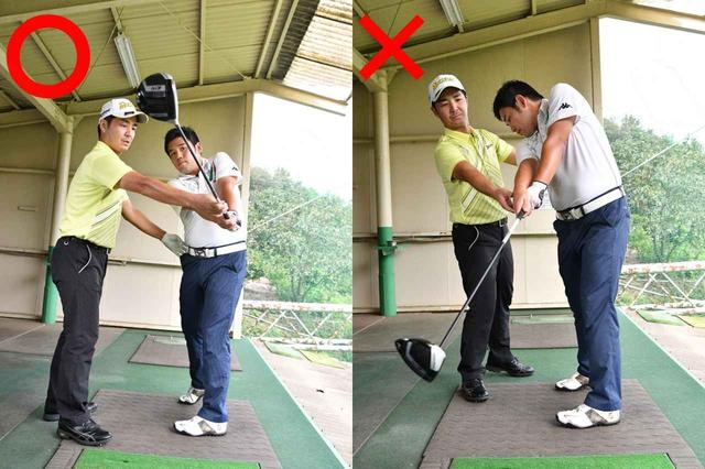 画像: フォロースルーの違いを体感する砂田さん。以前とは振り抜く方向もまったく違う。「体の回転で左へ振り抜くだけでOKです」(藤原プロ)