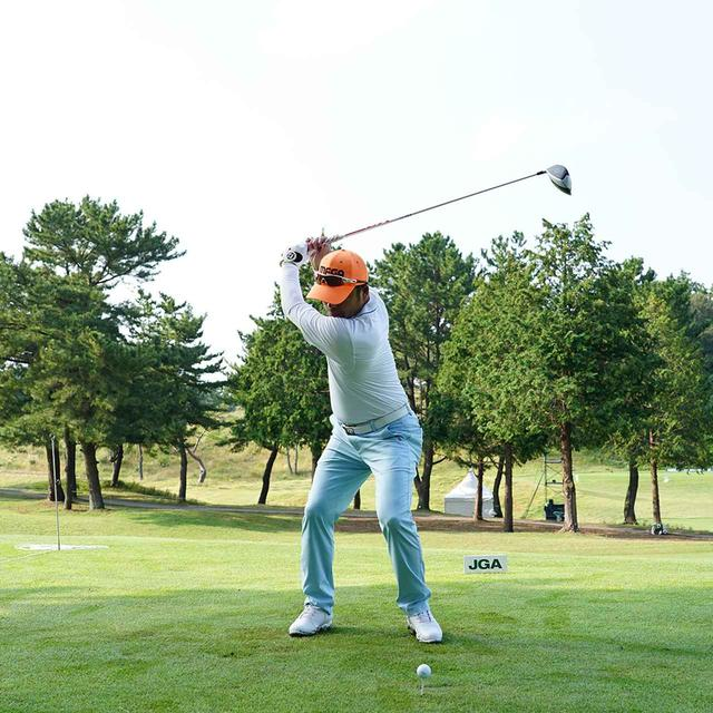 画像: 上体の力を抜いたままあごの下まで左肩を回す