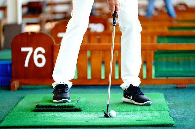 画像: 右足の下にマットを置いて上から入りやすい状況を作ってみよう。右足でボールなどを踏みながら打つのもいい。「アドレスの段階で矯正的に左足体重になるので、その体勢でインパクトする感覚を身につけることができます」
