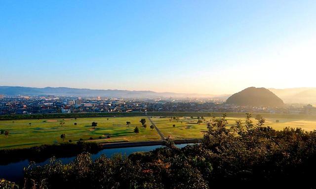 画像: 芦田川の対岸から眺めたコース風景。右奥の丘は福山市の史跡「片山」