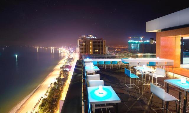 画像: ニャチャンビーチの夜景。ライトアップが美しい