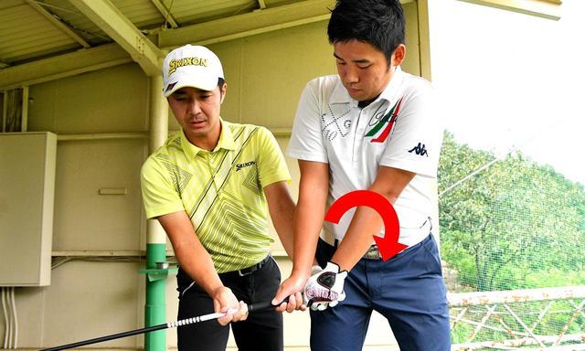 画像: 腕が左回りしている砂田さん。これがトップでのシャフトクロスの原因だという
