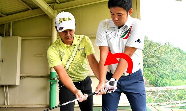 画像: 体の回転に合わせて、腕を右回りさせながらテークバックするように調整