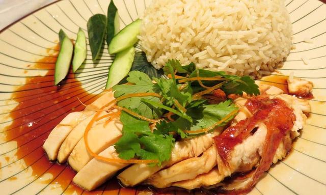画像: 蒸した鶏肉にタレをかけて食べる中華風「チキンライス」は地元でも大人気のメニュー