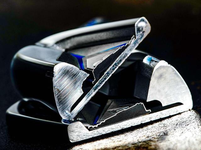 画像: ボディは軟鉄、フェースは反発力の高いSAE8655クロムモリブデン鋼のポケットキャビティ