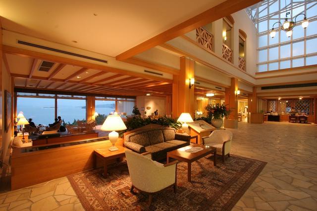 画像: 海が眺められるホテルロビー