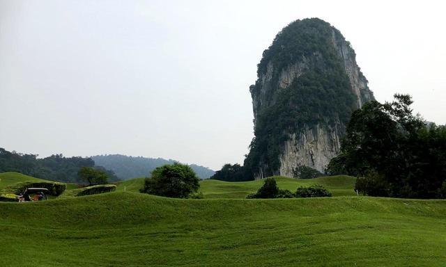 画像: テンプラパーク・カントリークラブ 18H 7143Y P72 コースを見下ろすようにそびえる石灰岩「ブキット・タクン」が有名